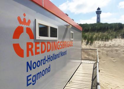 Bedrijfsreclame logo op bedrijfspand reddingsbrigade egmond aan zee
